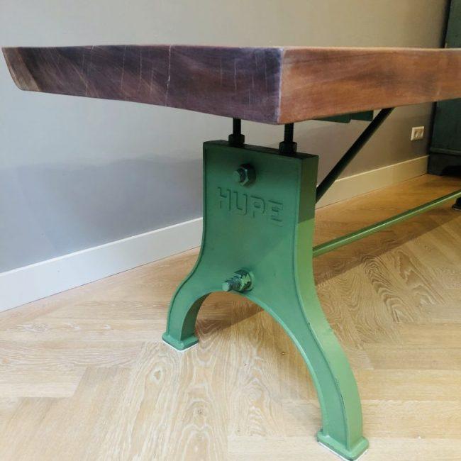 Gietijzeren onderstel van tafel in kleur machine groen