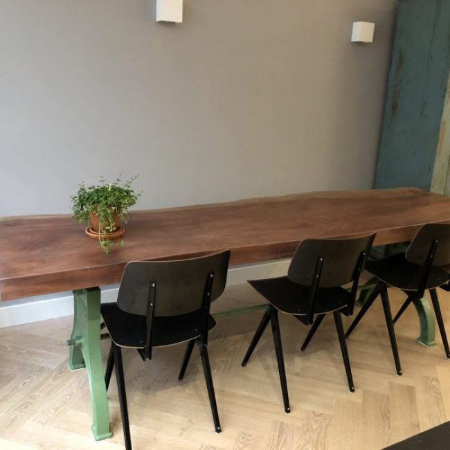 industriële tafel met mahonie blad machinegroen onderstel