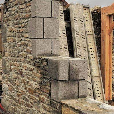 Betonnen muur maatwerk France met hout en hamer