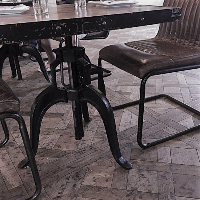 Industriële tafel met machinepoot als onderstel en houten blad