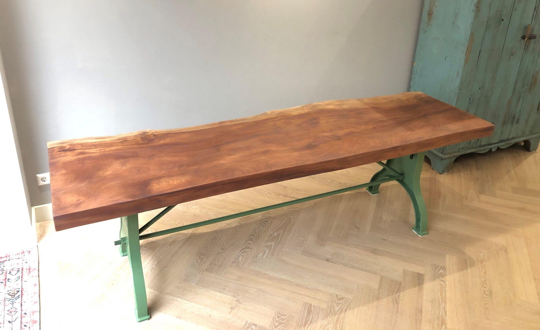 Vintage tafel met gietijzeren machine poot