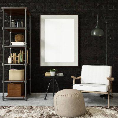 Industrieel zwarte muur met stalen stellingkast zwart tafeltje en grijze vintage stoel met poef en vloerkleed