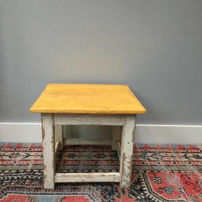 Vintage bijzet tafeltje geel