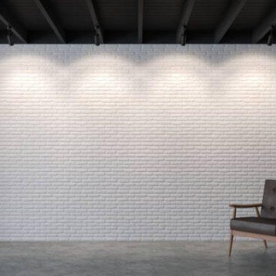 Vintage ruimte met zwart open plafond met witte bakstenen muur en vintage stoel