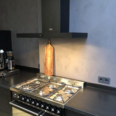 Keuken zwart industrieel met beton cire wand